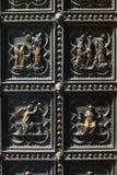 Deco en puertas de la catedral del Duomo Fotografía de archivo