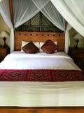 Deco för rum för Balinesestilsäng i Bali semesterorthotell Fotografering för Bildbyråer