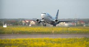 Decolagem comercial do avião de Tarom Timisoara Skyteam do aeroporto de Otopeni em Bucareste Romênia fotografia de stock