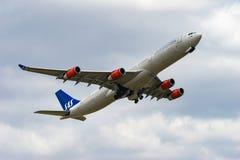 Decolagem de Airbus A340-300 Imagem de Stock Royalty Free