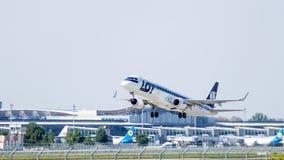 Decolagem de Embraer do avião do passageiro Fotografia de Stock
