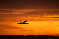 Decolagem do avião no por do sol Imagem de Stock