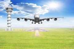 Decolagem dos aviões de passageiro da vista dianteira na pista de decolagem do aeroporto Fotos de Stock Royalty Free
