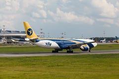 A330 decolam da pista de decolagem Imagem de Stock