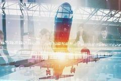 Decole de um avião com exposição dobro do aeroporto imagem de stock