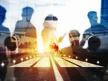 Decole de uns aviões modernos e de uma exposição dobro com as silhuetas dos passageiros no aeroporto fotografia de stock