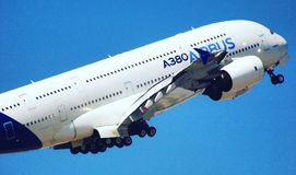 Decolli Airbus a380 fotografia stock libera da diritti