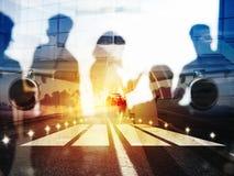 Decolli degli aerei moderni e di doppia esposizione con le siluette dei passeggeri nell'aeroporto fotografia stock