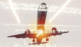Decolli di un aereo con la doppia esposizione dell'aeroporto fotografie stock libere da diritti