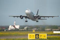Decollo commerciale dell'aeroplano di Tarom Timisoara Skyteam dall'aeroporto di Otopeni a Bucarest Romania immagine stock libera da diritti