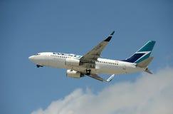Decollo dell'aeroplano del passeggero di Westejet Immagini Stock Libere da Diritti