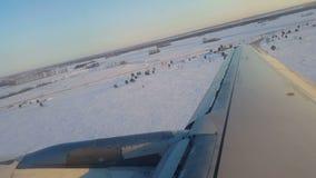 Decollo dell'aeroplano sopra spazio nevoso al cielo stock footage