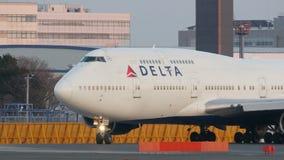 Decollo di Delta Airlines Boeing B747 a Narita stock footage