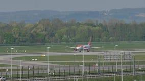 Decollo di EasyJet Airbus A320-200 G-EZWC stock footage
