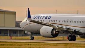 Decollo di United Airlines Boeing B737 max immagini stock