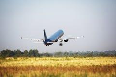 Decollo piano nell'aeroporto Fotografie Stock