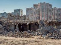 Deconstruction av byggnad framme av nybyggen fotografering för bildbyråer