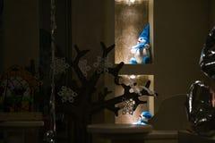 decor Bonecos de neve em um fundo escuro imagens de stock
