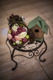 Decor het nestelen doos en bloemen royalty-vrije stock afbeelding