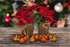 Decoração abstrata do Natal na placa marrom de madeira Fotos de Stock Royalty Free