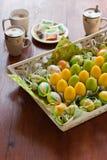 Decoração amarela e verde do ovo de easter na tabela Fotos de Stock Royalty Free