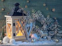 Decoração ardente latern e do Natal foto de stock