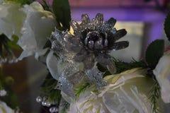 Decoração artificial decorativa da flor cinzenta e branca na noite de casamento Imagem de Stock Royalty Free