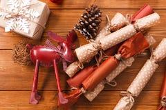 A decoração, as caixas de presente e a festão do Natal moldam o fundo Fotografia de Stock Royalty Free