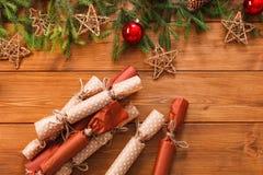A decoração, as caixas de presente e a festão do Natal moldam o fundo Fotos de Stock