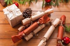 A decoração, as caixas de presente e a festão do Natal moldam o fundo Imagens de Stock