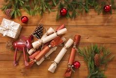 A decoração, as caixas de presente e a festão do Natal moldam o fundo Fotografia de Stock