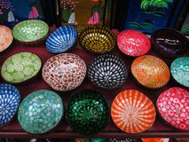 Decoração asiática Artesanatos asiáticos Bacias coloridas fotografia de stock royalty free