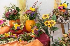 Decoração atmosférica do outono com arranjos imagens de stock royalty free