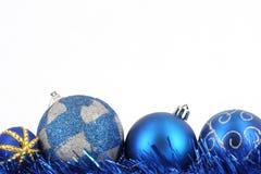 Decoração azul da esfera do Feliz Natal Fotografia de Stock