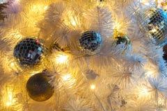 A decoração, bola dourada para a árvore de Natal é borrão imagem de stock
