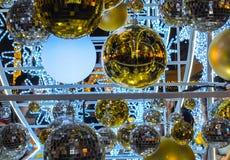 A decoração, bola dourada para a árvore de Natal é borrão imagens de stock