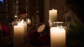 Decoração bonita da cerimônia do acoplamento do casamento do inverno do Natal com velas, logs do vidoeiro, festões do bulbo e árv vídeos de arquivo