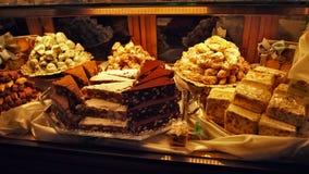 Decoração bonita da janela do bolo do candyand da loja de Itália fotos de stock royalty free