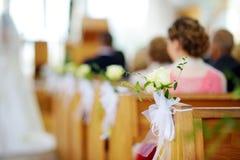 Decoração bonita do casamento da flor em uma igreja durante a cerimônia de casamento Imagens de Stock