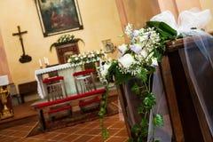Decoração bonita do casamento da flor na igreja Imagens de Stock