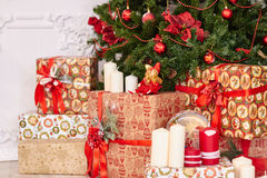Decoração bonita do Natal, brinquedos do ano novo, fulgor na festão escura Árvore de Natal decorada com brinquedos e balões Modo  Fotografia de Stock