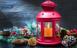 Decoração bonita do Natal com lanterna vermelha fotos de stock