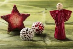Decoração bonita do Natal, no fundo verde Fotos de Stock
