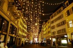 Decoração bonita na rua para a véspera de Natais foto de stock
