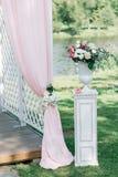 Decoração bonita para a cerimônia de casamento do verão fora Arco do casamento feito do pano claro e das flores brancas e cor-de- Imagem de Stock Royalty Free
