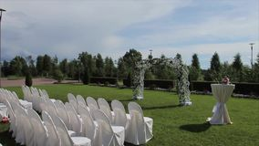 A decoração bonita para o registro de união, decoração do casamento ajustou-se na ponte em um lugar bonito outdoor vídeos de arquivo