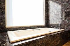 Decoração branca da banheira na sala fotos de stock royalty free