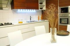 Decoração branca da tabela na cozinha moderna foto de stock royalty free