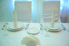 Decoração branca da tabela para os recém-casados no restaurante Luminoso Cortina do coração Imagem de Stock Royalty Free