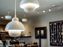 Decoração branca das luzes de teto no café imagens de stock